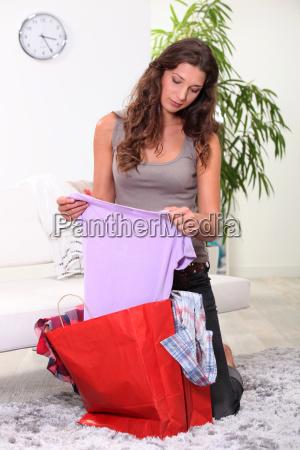 portraet einer frau OEffnung einkaufstasche