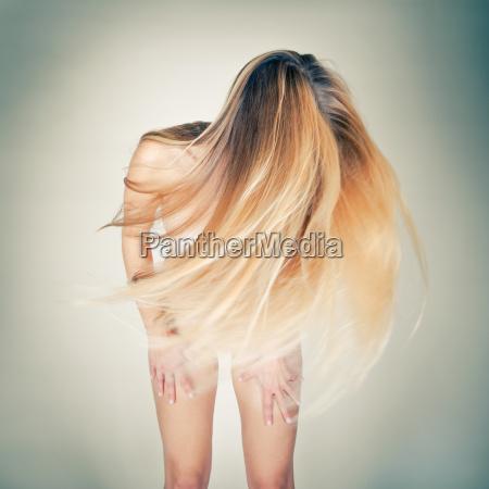 nackte frau mit langen blonden haaren