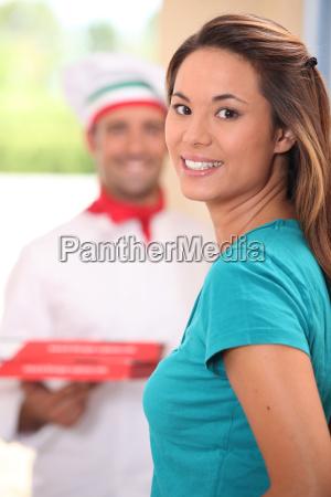 lieferung mann bringt pizzas zu junge