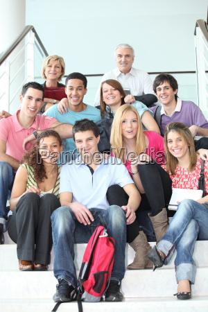 studenten posieren mit ihren lehrern