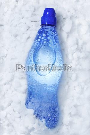 soda flasche im schnee