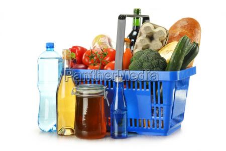 einkaufskorb und lebensmittel isoliert auf weiss