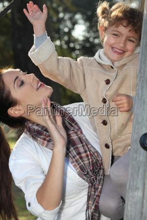 madre e figlia arrampicarsi su un