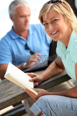paar sass auf parkbank lese