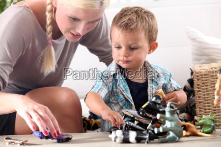 mutter spielt mit ihrem kleinen jungen