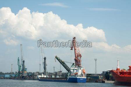 schiffe im industriehafen
