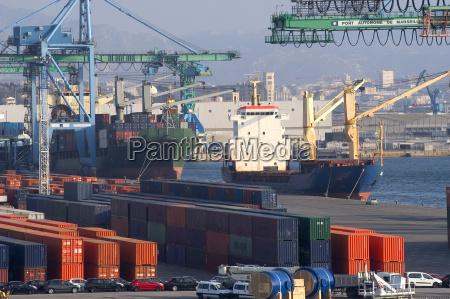 container im hafen fuer den versand