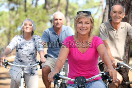 senioren fahrraeder fahren im park