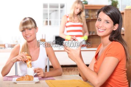 frauen essen fruehstueck