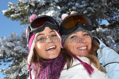 zwei frauen bereit zum skifahren