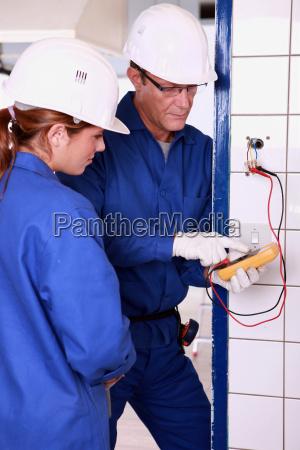 elektriker mit weiblicher lehrling