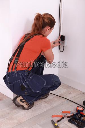 woman fixing steckdose