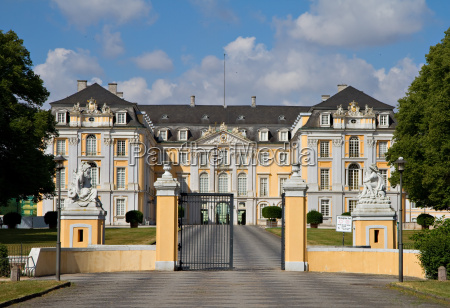haupteingang des augustusburg palastes