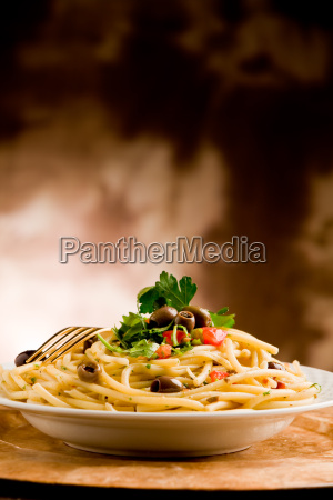 pasta mit oliven und petersilie