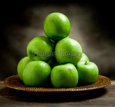 gruene AEpfel im korb