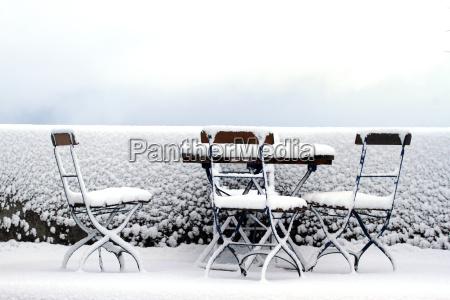 verschneiter sitzplatz im garten
