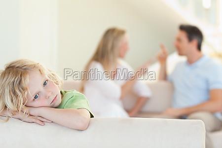 trauriger junge mit dem argument die