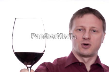froehlicher mann mit glas rotwein
