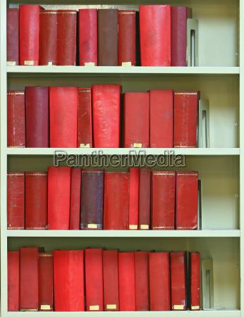 rot alte hardcover buecher im buecherregal