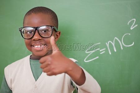 schoolboy posiert mit der masse energie