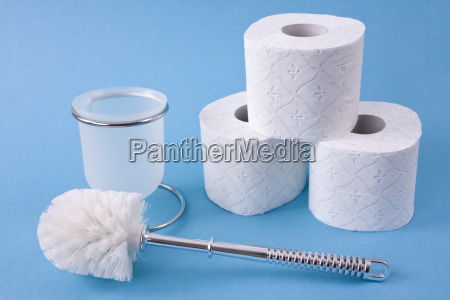 toilettenbuerste und toilettenpapierrollen