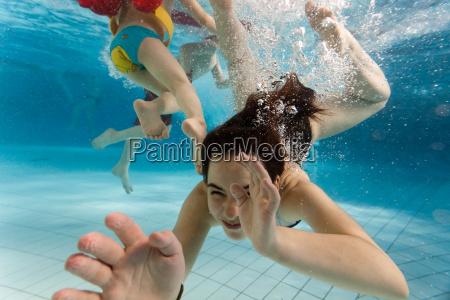 kinder schwimmen unter wasser
