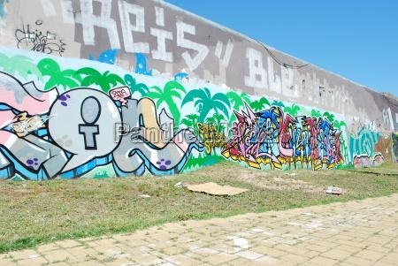graffiti wand auf einem staedtischen platz