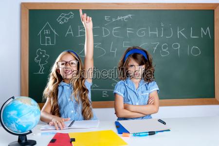 cleveren nerd student maedchen im klassenzimmer
