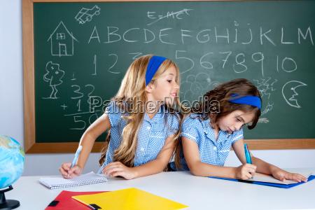 klassenzimmer mit zwei kindern studenten betruegen
