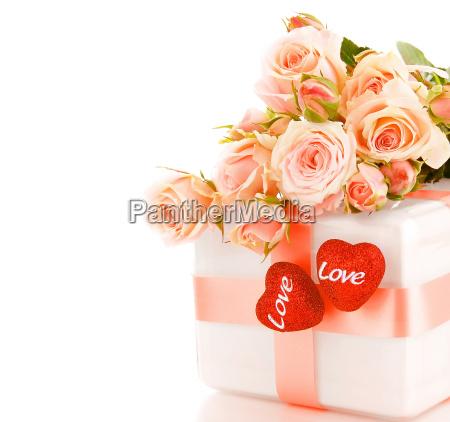 schoene rosen mit geschenk box amp