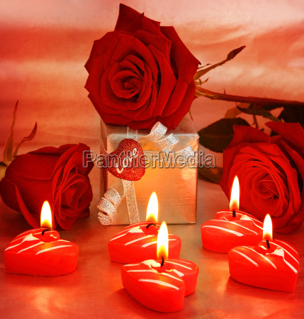 schoene rosen mit geschenkbox amp
