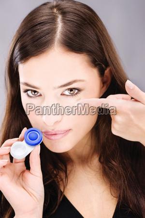 junge frau mit kontaktlinsen faellen und