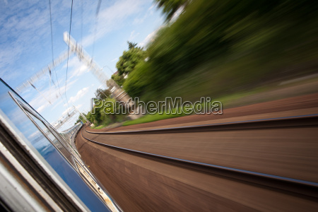 eisenbahn von einem schnell fahrenden zug