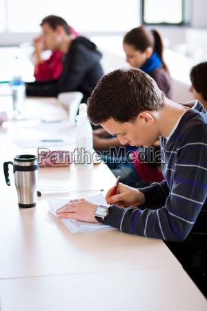 junge maennliche college student in einem