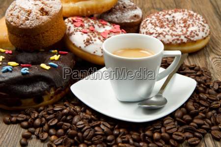 fruehstueck mit kaffee und donuts