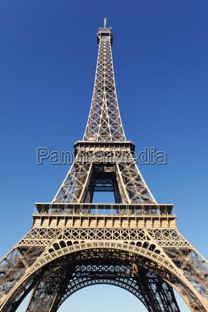 blick auf den beruehmten eiffelturm