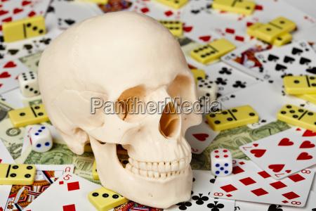 schaedel auf spielkarten und geld