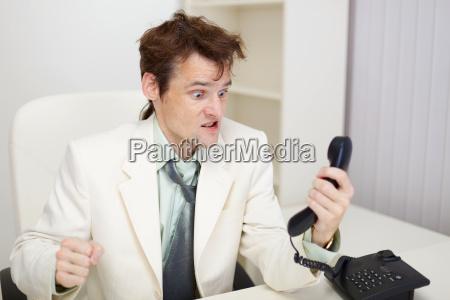 person kommuniziert emotional mit telefon im