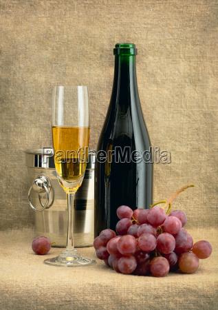 stillleben mit champagnerwein und trauben