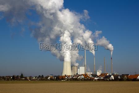 kernkraftwerk und wohngebiet