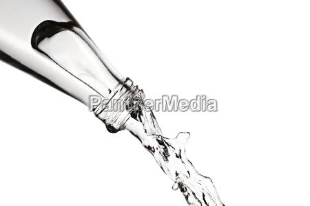 wasser aus einer flasche giessen