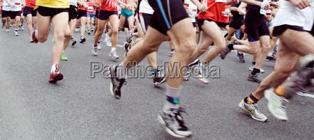 marathon runners ont he run