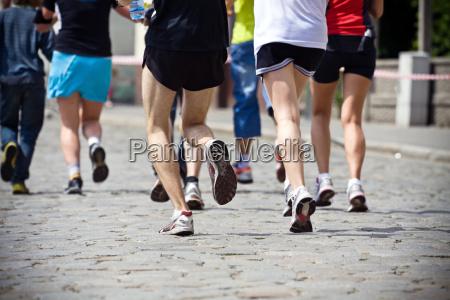 menschen laufen in marathon auf stadtstrasse