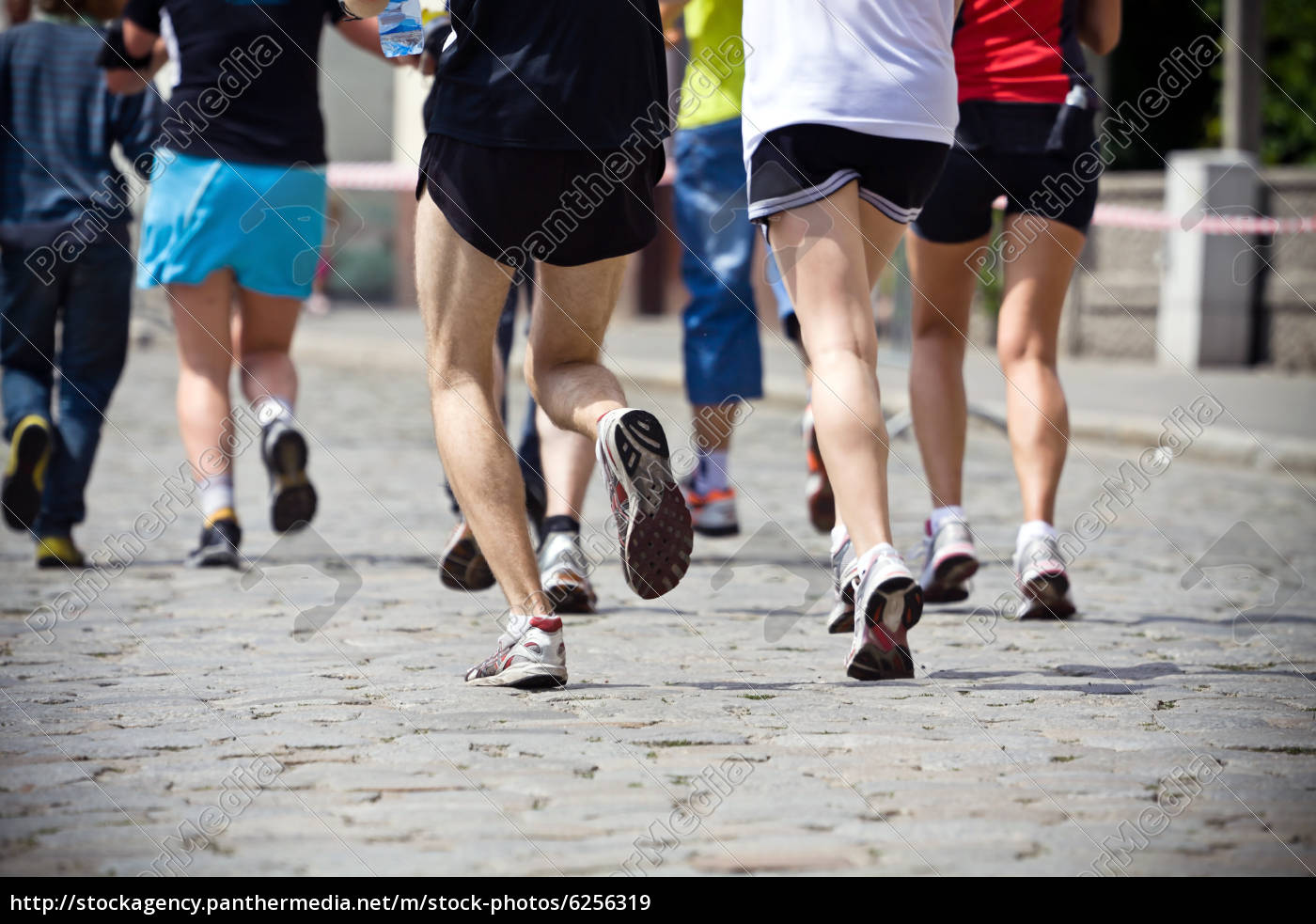menschen, laufen, in, marathon, auf, stadtstraße - 6256319