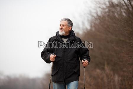 aelterer mann nordic walking