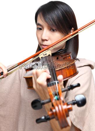 junge frau spielt violine
