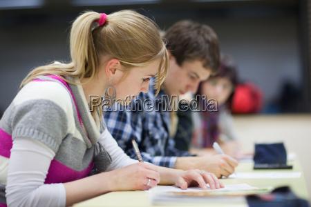 college studenten sitzen in einem klassenzimmer
