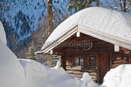 berghuette im winter