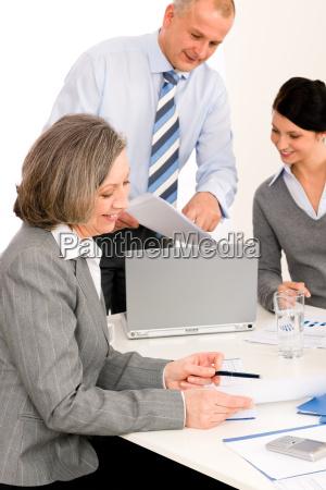 geschaeftsteamsitzung executive aeltere frau