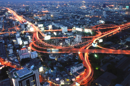 bangkok highway in der daemmerung
